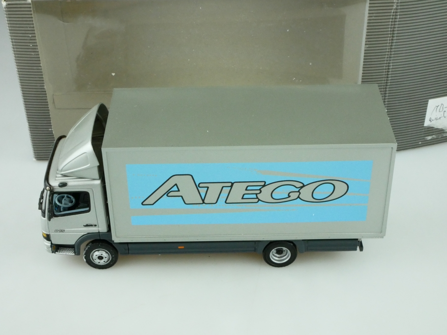 Minichamps 1/43 Mercedes Benz Atego 815 Koffer Händleredition mit Box 512610