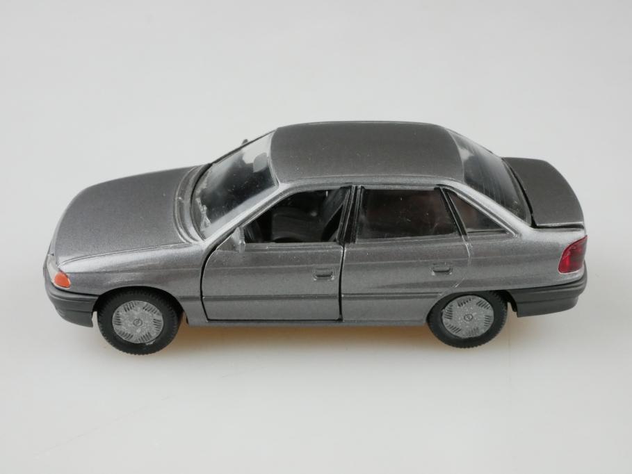 1001 Gama 1/43 Opel Astra 4 Türer Stufenheck silbergrau ohne Box 512637